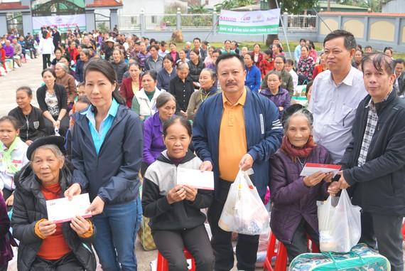 Trao quà hỗ trợ 410 hộ dân ở vùng lũ Hà Tĩnh